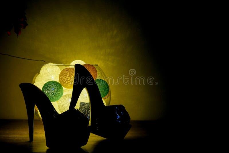 Highheel buty z romantycznym luminaire zdjęcie stock