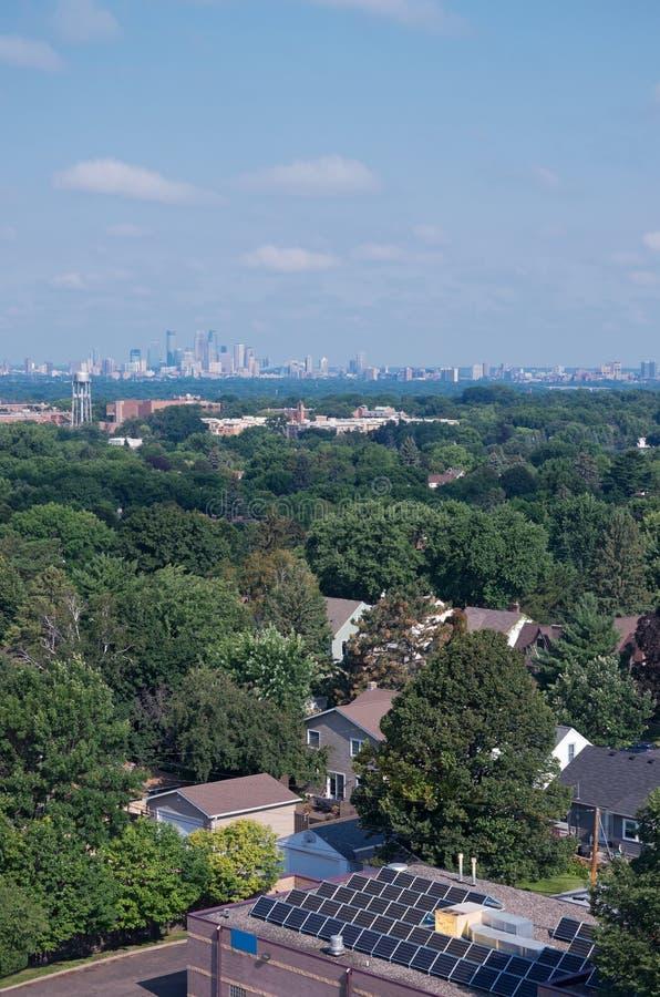 Highland Park к горизонту Миннеаполиса стоковая фотография