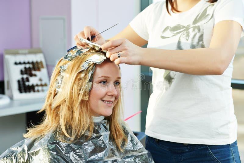 highlight lavoro di parrucchiere della donna in salone fotografia stock libera da diritti