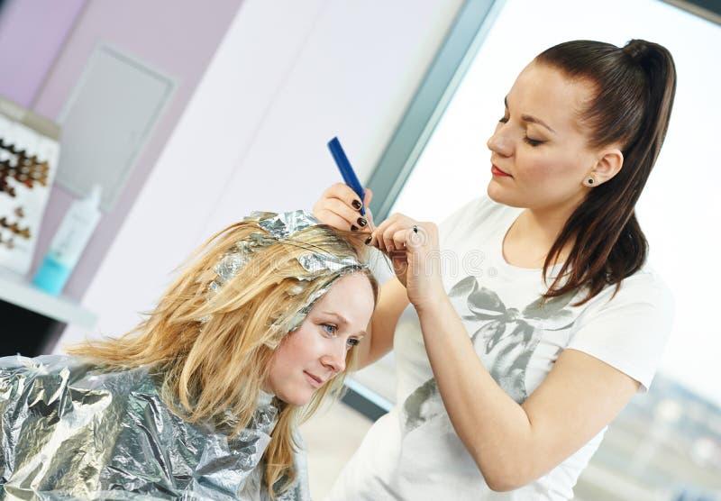 highlight lavoro di parrucchiere della donna in salone immagini stock