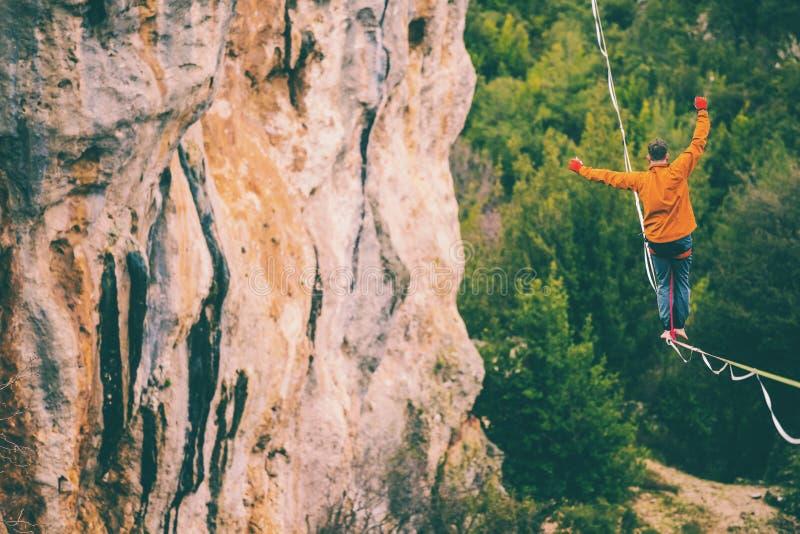 Highline dans les montagnes photos libres de droits