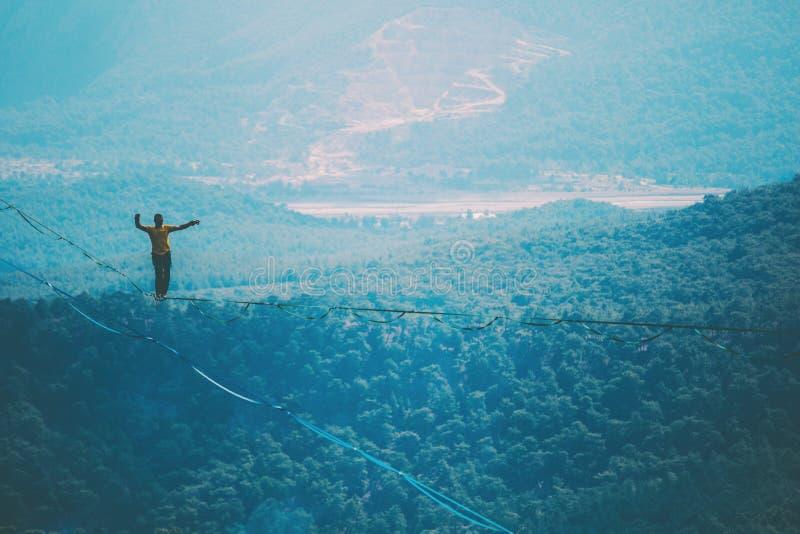 Highline dans les montagnes photos stock