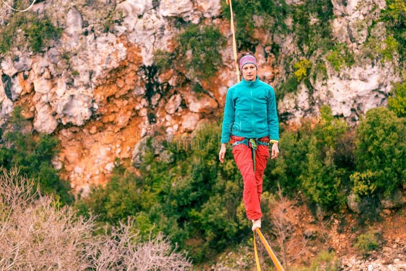 Highline dans les montagnes image libre de droits