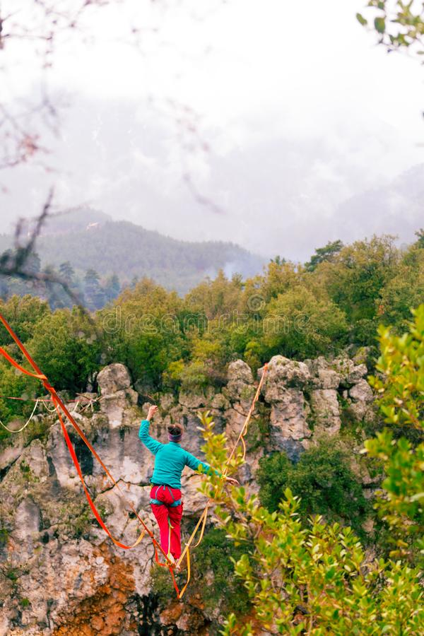 Highline dans les montagnes photo libre de droits