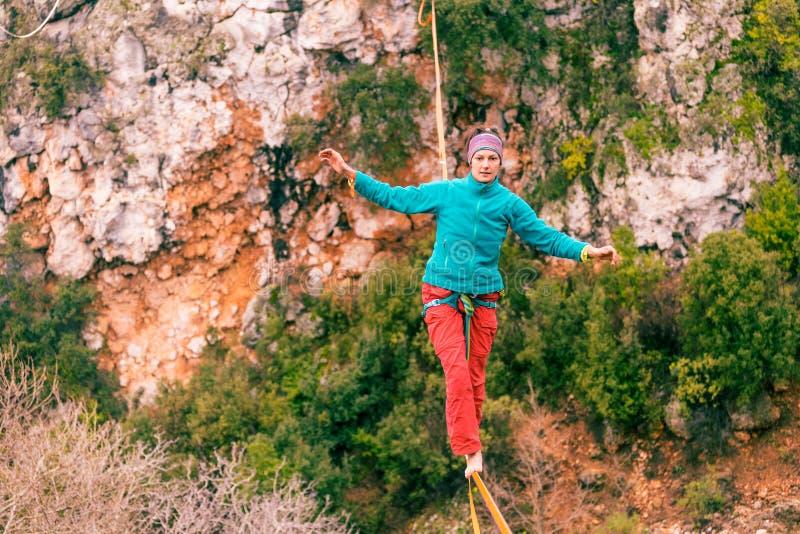 Highline dans les montagnes photographie stock libre de droits