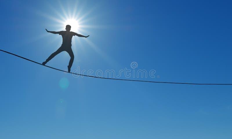 Highline-Wanderer über Hintergrund des blauen Himmels stockbild
