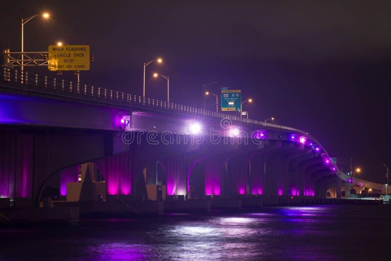 Highlited-Nachtbrücke lizenzfreies stockfoto