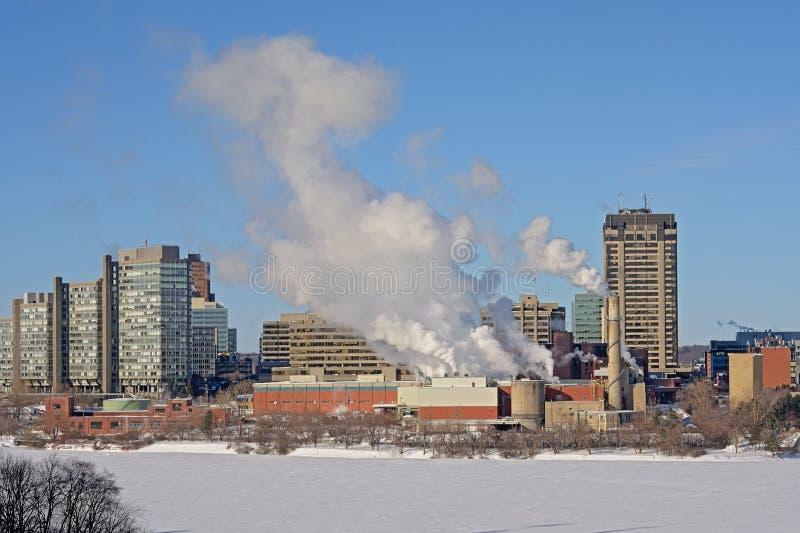 Highrise Bürotürme und -Industriebauten n Rumpfbezirk im Winter, entlang gefrorenem Ottawa-Fluss stockfotos