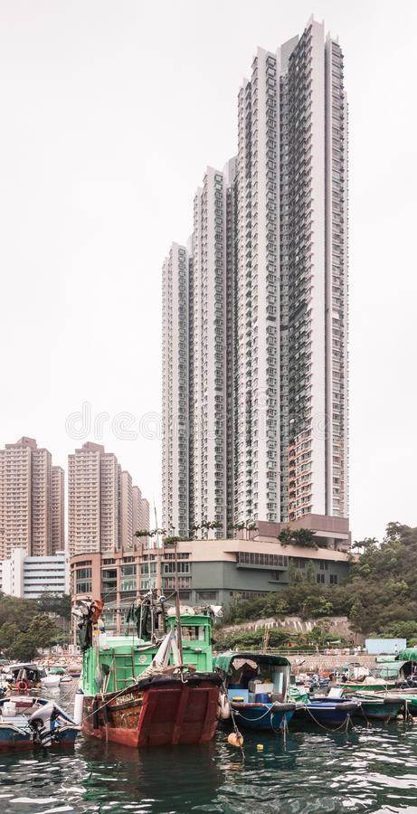 Highrise byggnad bak husbåtar i hamn av Hong Kong, Kina arkivfoto