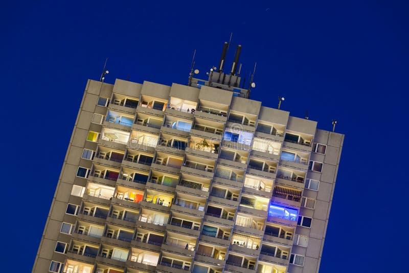 Highrise del apartamento en la noche imagen de archivo libre de regalías