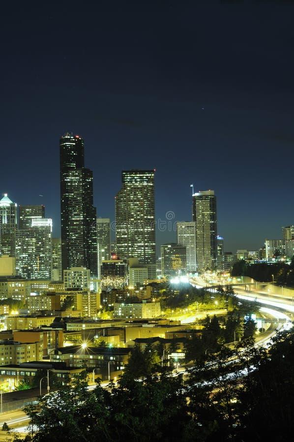 Highrise e strada principale di Seattle fotografia stock libera da diritti