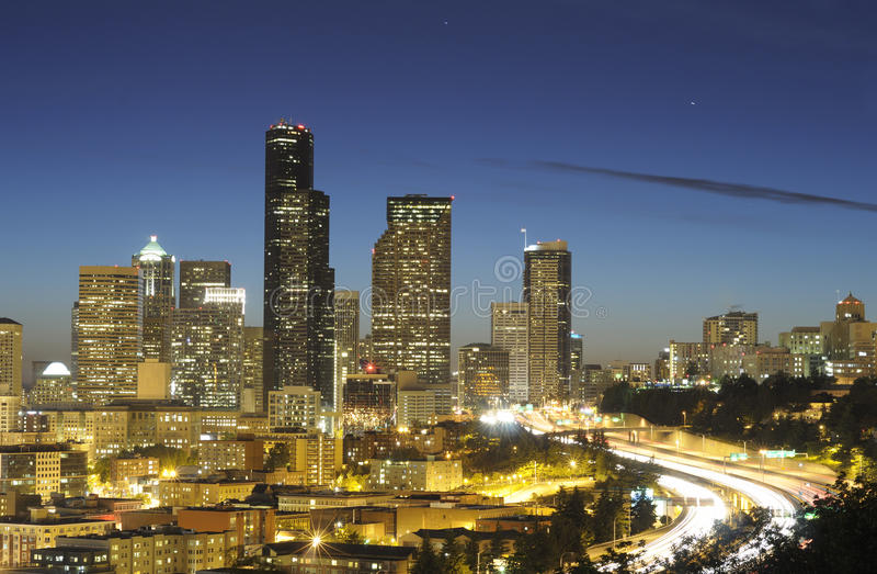 Highrise e strada principale di Seattle fotografia stock