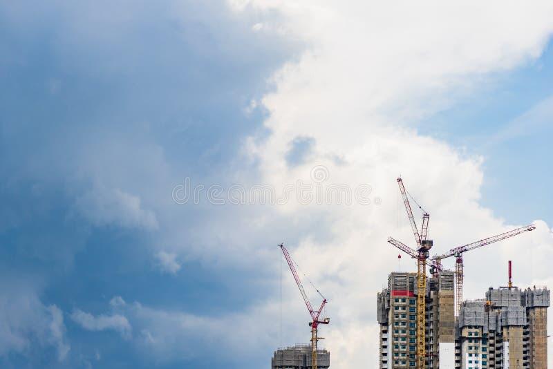 Highrise torenkraan en de nieuwe onvolledige woonhuis in de stadv.n. stock foto's