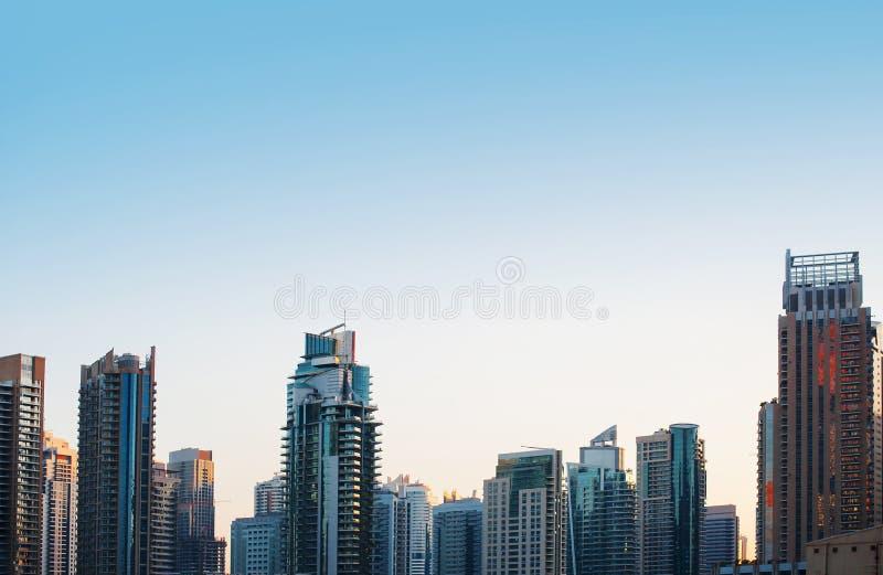 Highriseglaswolkenkratzer-Gebäudeskyline im blauen dominierenden aga lizenzfreie stockfotos