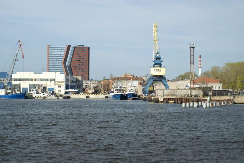 Highrises e gru nel porto di Klaipeda fotografie stock libere da diritti