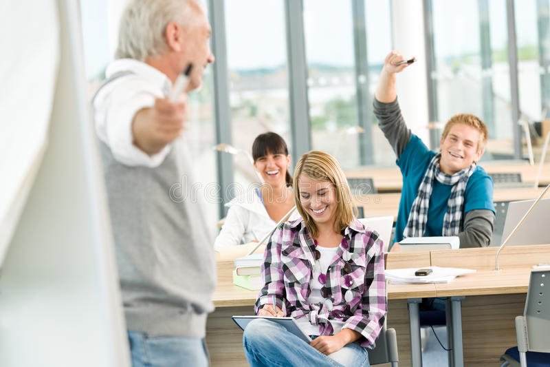 Highschool - drei Kursteilnehmer mit fälligem Professor lizenzfreies stockfoto