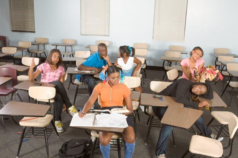 Highschool Kursteilnehmer, die in der Kategorie während des Bruches verwirren lizenzfreie stockfotos