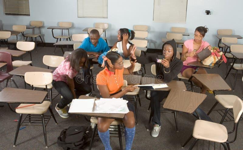 Highschool Kursteilnehmer, die in der Kategorie während des Bruches verwirren stockfoto