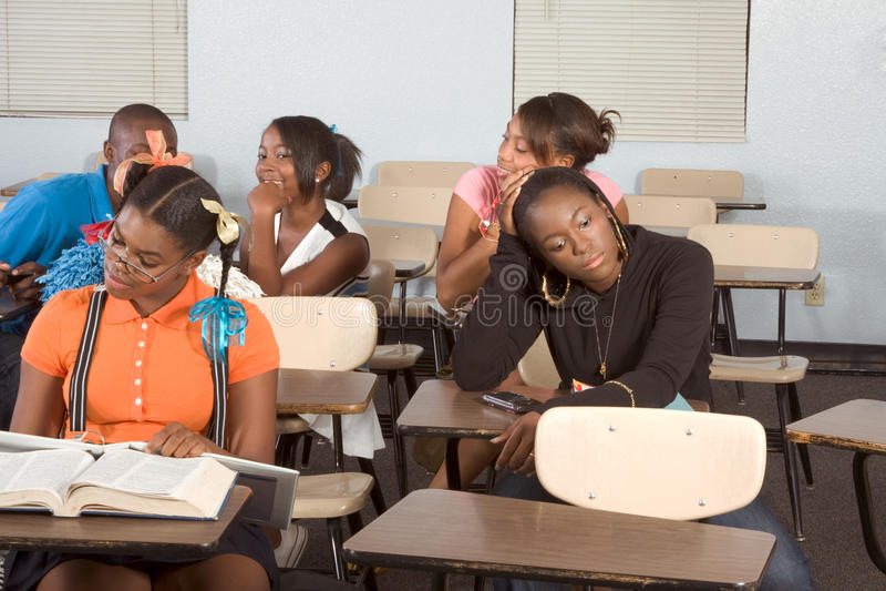 Highschool Kursteilnehmer, die in der Kategorie während des Bruches verwirren lizenzfreie stockbilder