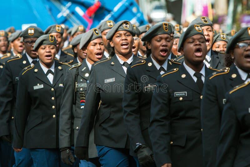 Highschool Militärkadetten klingen weg an der Veteranen-Tagesparade lizenzfreie stockfotografie