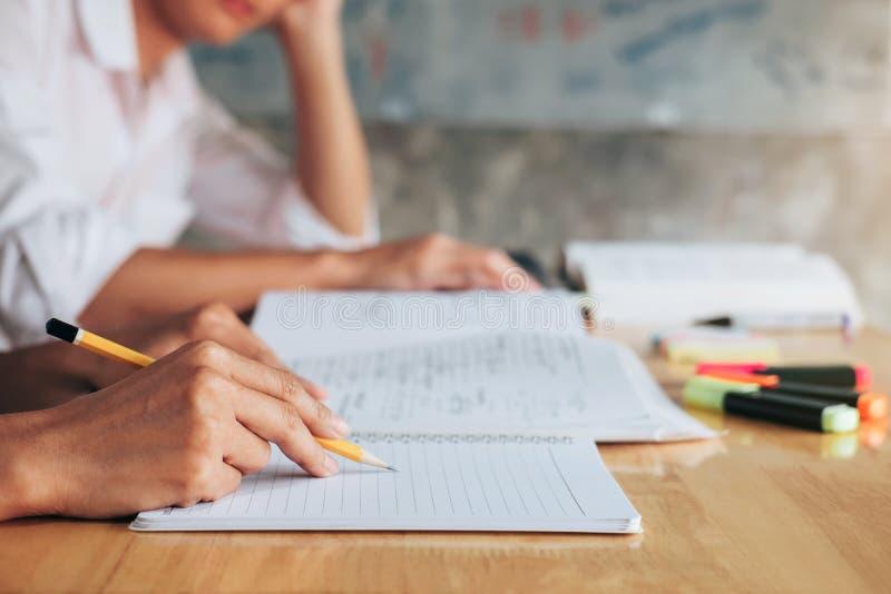 Highschool oder aufholendes Arbeitsbuch der Studentgruppe und Le lizenzfreies stockbild