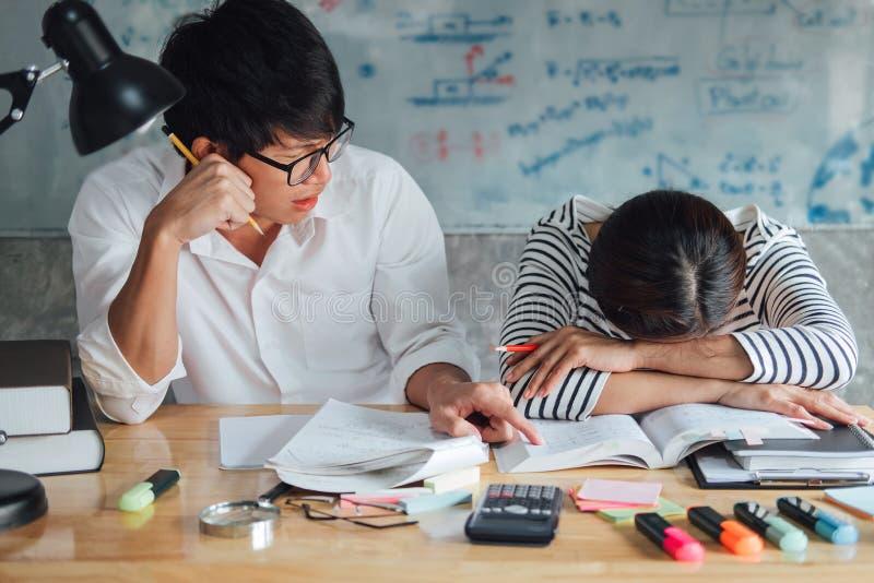 Highschool oder des Colleges asiatische Studentengruppe, die am Schreibtisch im Cl sitzt stockbilder