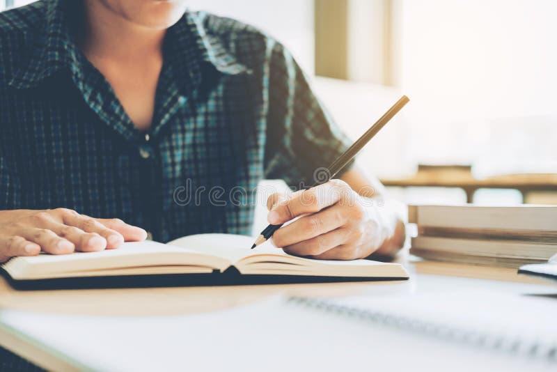 Highschool oder Student, der in der Bibliothek studiert und liest stockbilder