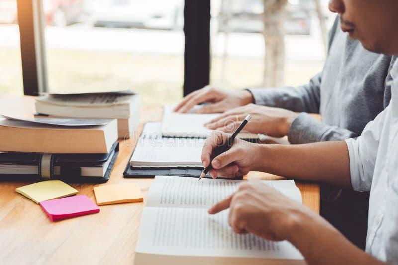 Highschool oder Studenten, die zusammen in der Bibliothek studieren und lesen stockfotografie