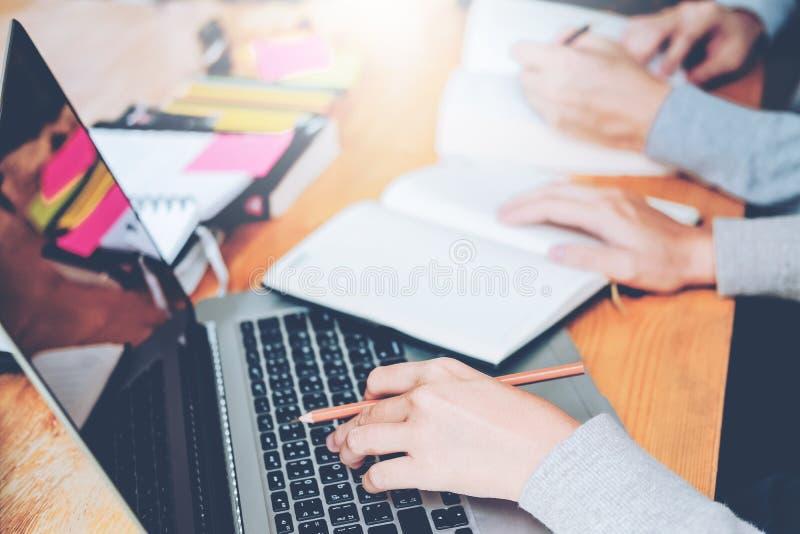 Highschool oder Studenten, die zusammen studieren und herein lesen stockbilder