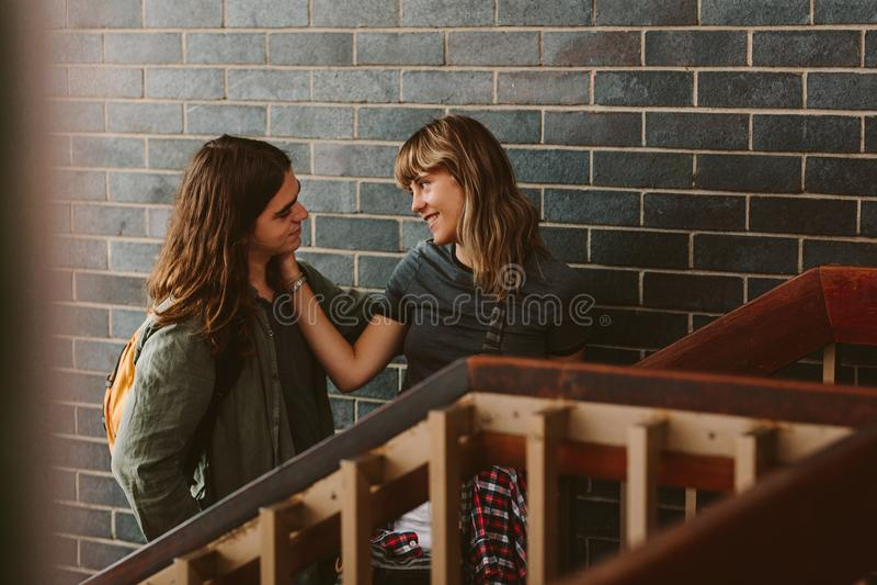Highschool Paare in der Liebe stockfotos