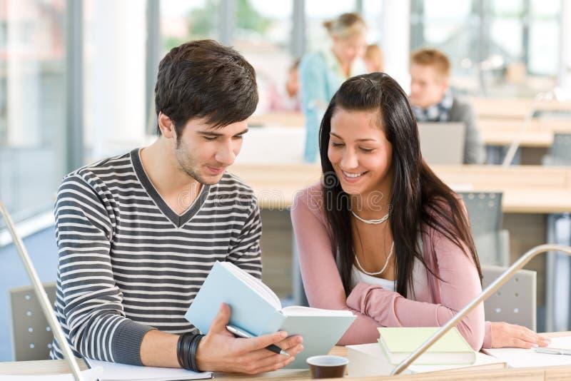 Highschool - zwei Kursteilnehmer lasen Buch stockbilder