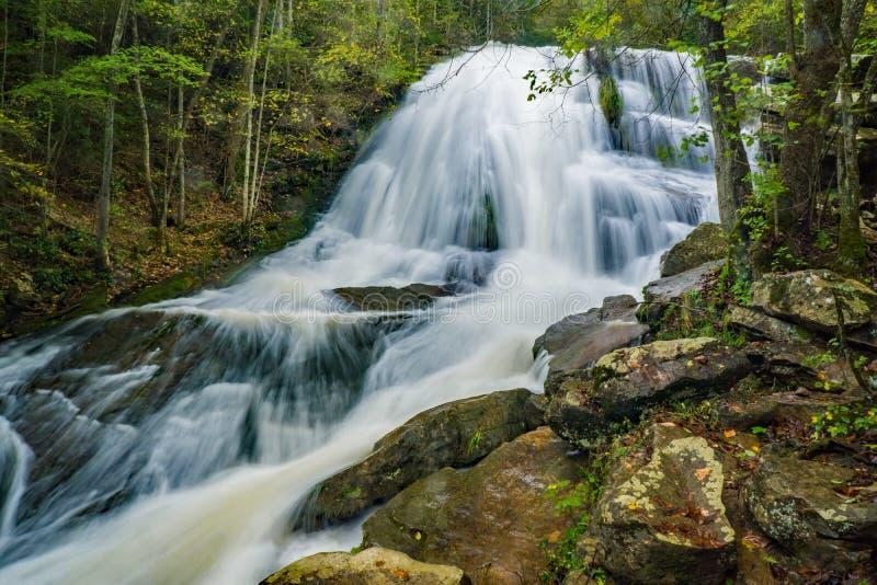 Hightwater de cascade couru par hurlement photo libre de droits