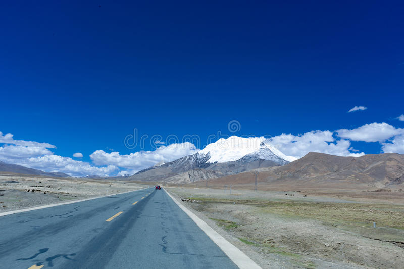 hightway的山和云彩 免版税图库摄影