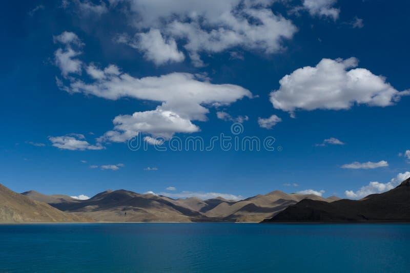 Hightway und blauer Himmel des mountainsees stockfoto