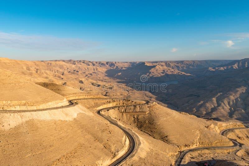 Highway国王的在旱谷日落的,约旦,中东,亚洲AlMujib峡谷蜿蜒 库存图片