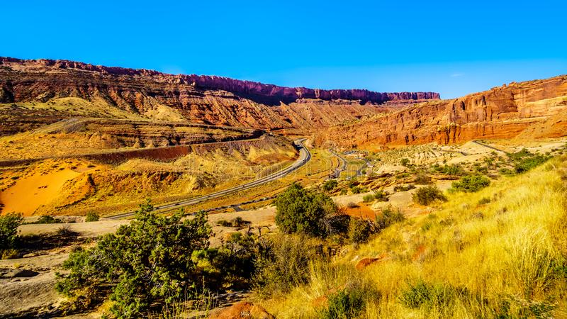 Highway 191 en the winding Arches Scenic Drive in Arches National Park royalty-vrije stock afbeelding