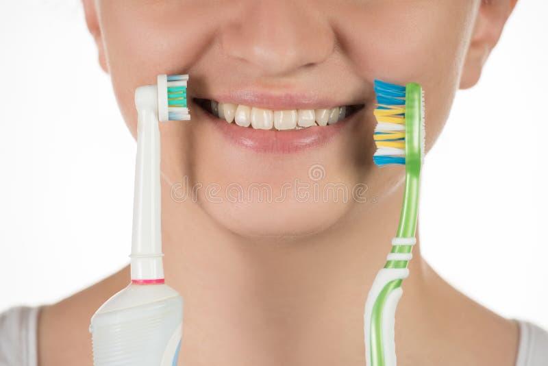 Higiena oralny zagłębienie Młoda dziewczyna wybiera między elec fotografia royalty free