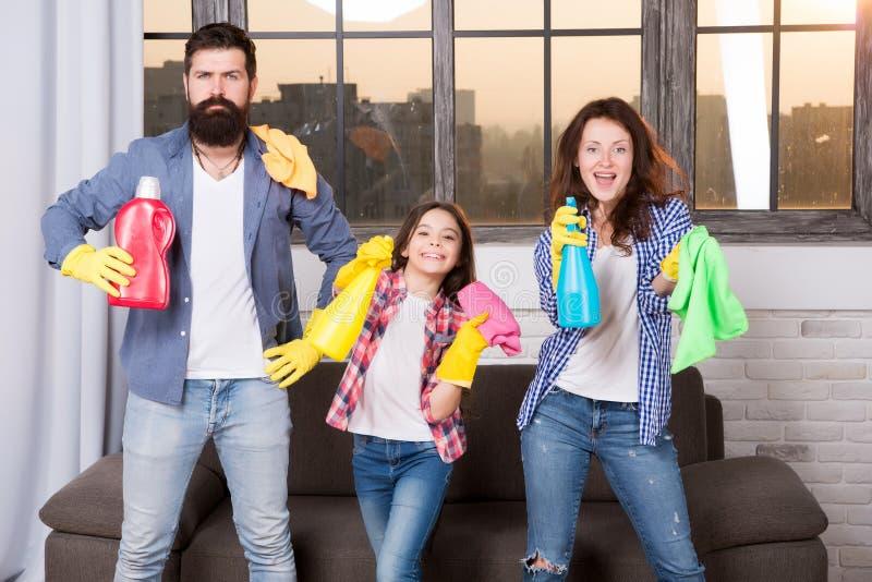Higiene Nós faremos seu mundo impecável Casa limpa da família Produtos de limpeza felizes da posse da família Mãe, pai e imagem de stock royalty free