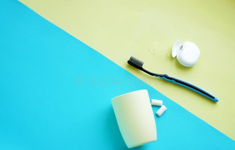 Higiene oral, higiene dental usando las herramientas dentales, seda dental, irrigator, cepillo, chicle fotografía de archivo