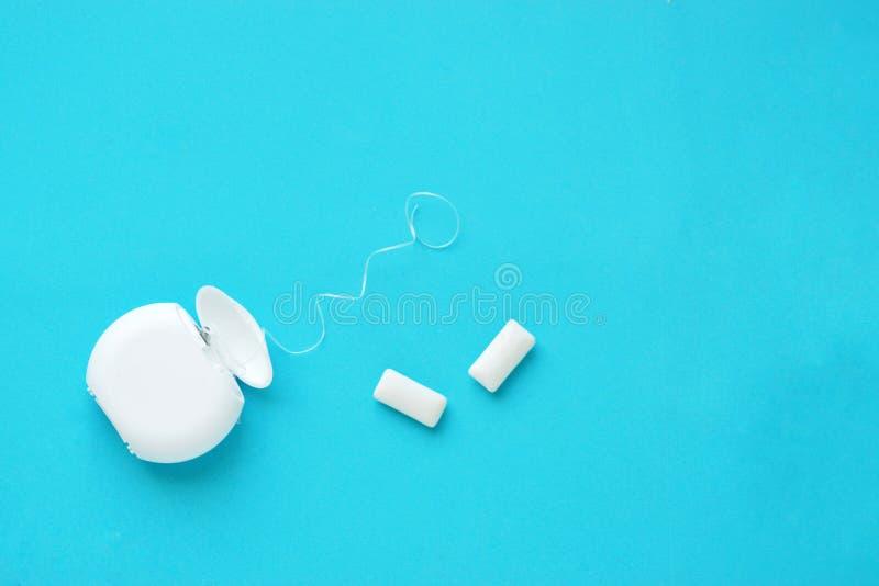 Higiene oral, higiene dental usando las herramientas dentales, seda dental, irrigator, cepillo, chicle imagen de archivo libre de regalías
