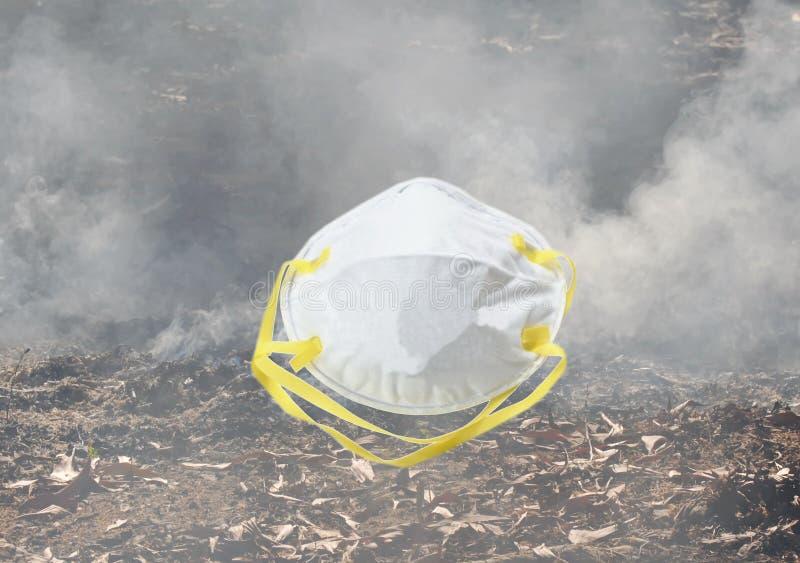 Higieniczna maska dla ochrony usta na dymnym tle i nosa obraz stock