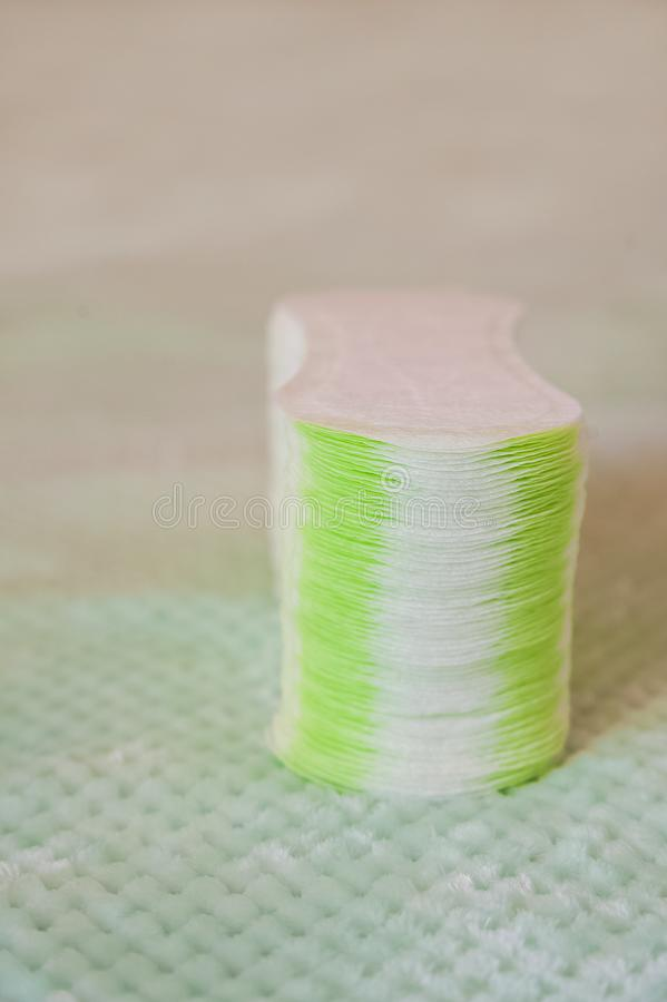 Higieniczni tampony i ochraniacze na textured turkusowym tle Sposoby ?e?ska intymna higiena w g?r? i kopii przestrze? fotografia stock