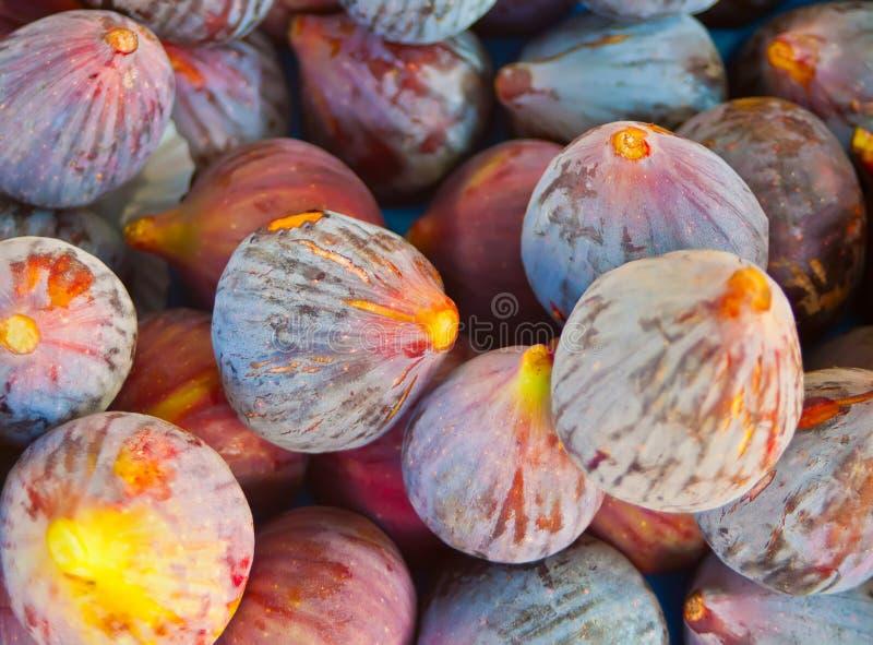 Higos maduros frescos como fondo, visi?n superior Fruta tropical Higos recientemente cosechados listos para ir a la venta en el m imagen de archivo