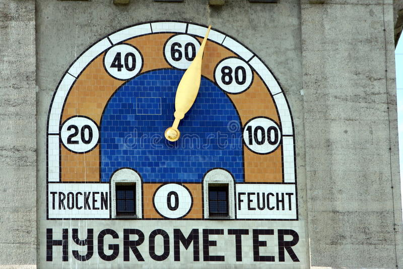 Higrómetro en una fachada del edificio imagen de archivo