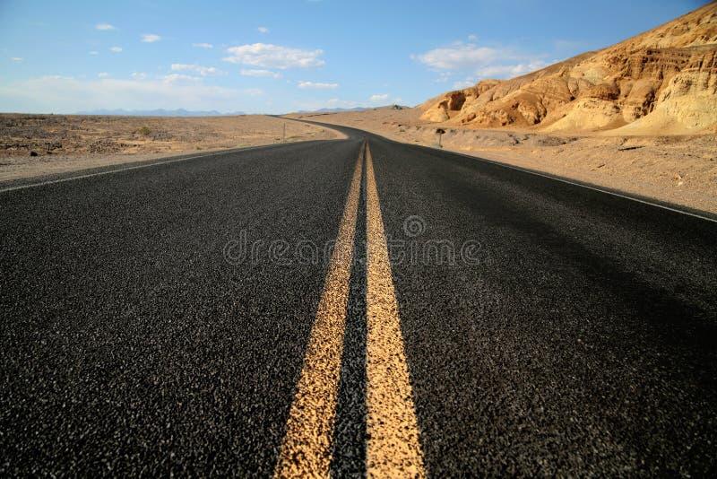 Hihway in der Wüste, Nationalpark Death Valley stockbilder