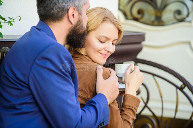 Hij is altijd daar voor haar De koffie van de ochtend Kom eerst van meisje en de rijpe mens samen Paar in liefde op romantische d stock afbeelding