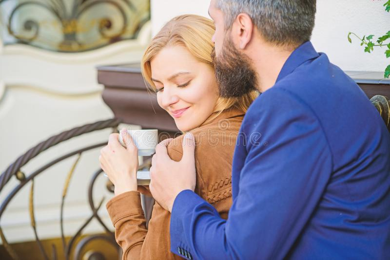 Hij is altijd daar voor haar De koffie van de ochtend Kom eerst van meisje en de rijpe mens samen Paar in liefde op romantische d royalty-vrije stock afbeelding