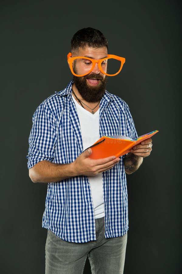 Hij die van de verhalen genieten Boek die nerd buitensporige glazen dragen Het boek van de studie nerd lezing Universitaire manne stock afbeelding