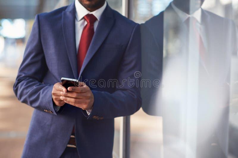 Hij is een savvy zakenman van technologie royalty-vrije stock afbeelding
