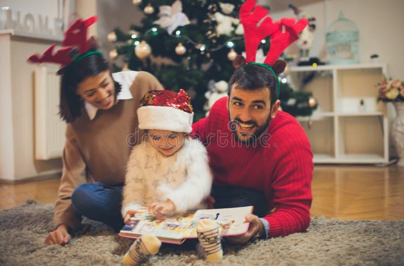 Hij houdt van sprookjes met zijn familie te lezen stock foto